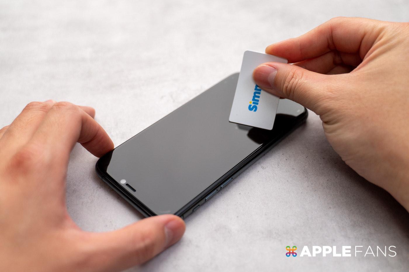 使用小紙卡向外刮除