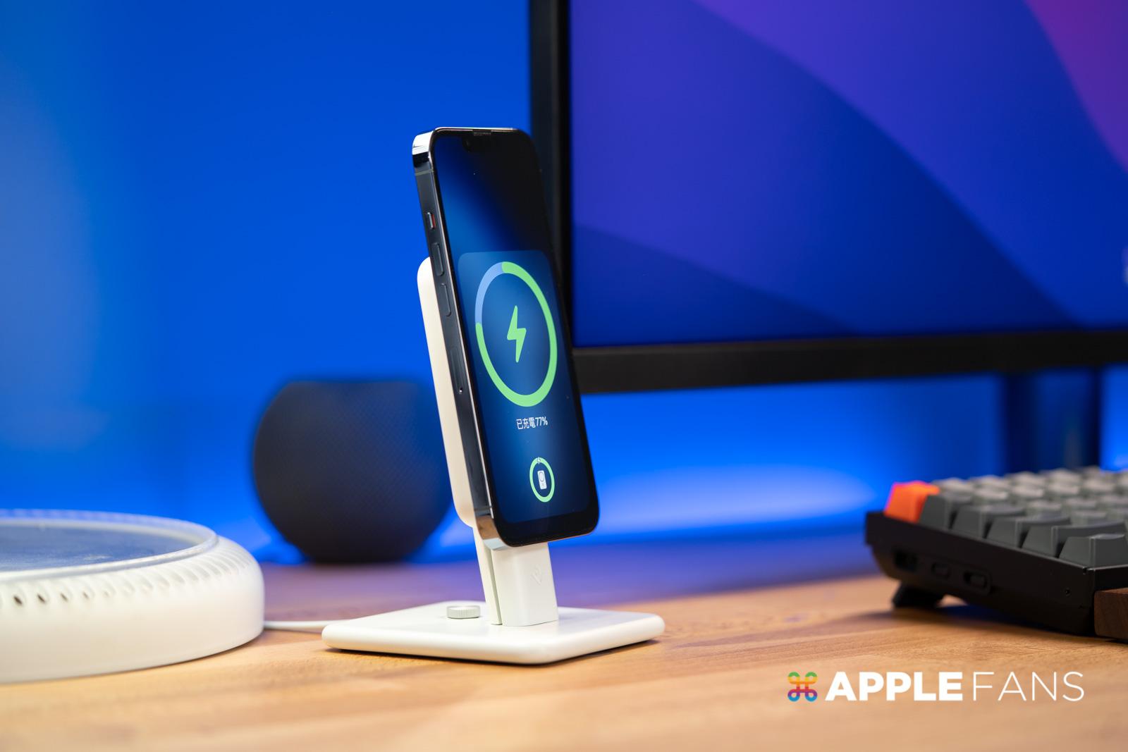 iPhone 13 Pro 搭配 MagSafe 行動電源